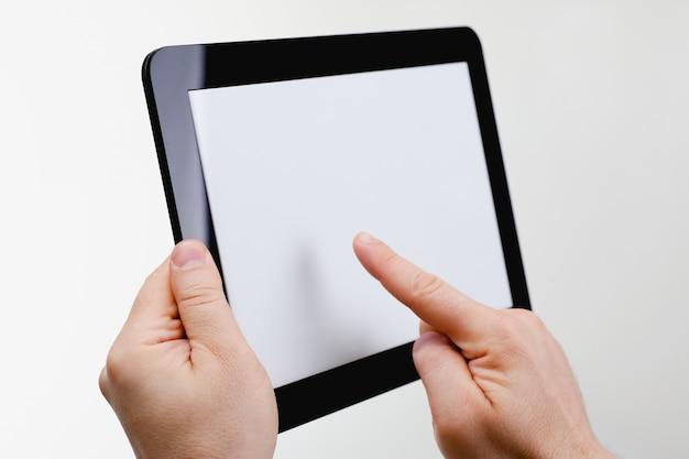 男の手で黒のタブレットフレームをホーディング Premium写真