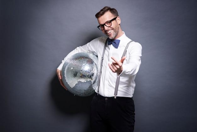 Мужчина держит дискотечный шар Бесплатные Фотографии