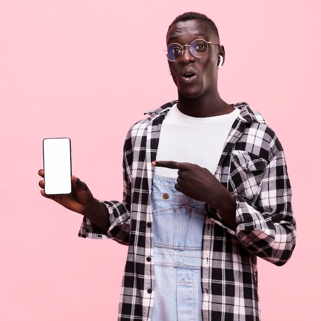 スマートフォンを持って男 無料写真