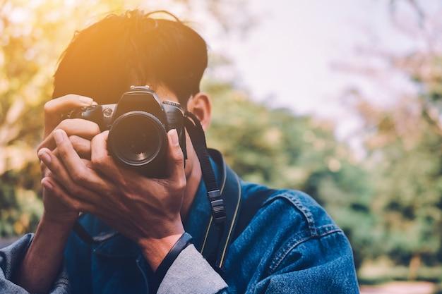 Man holding camera take photo Premium Photo