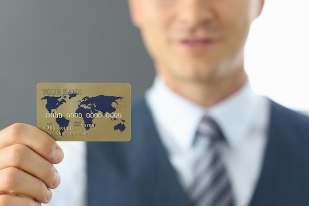 クレジットカードを持っている人をクローズアップ Premium写真