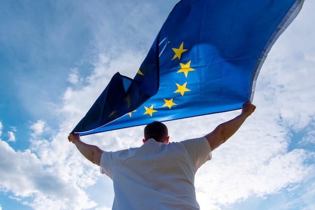 Euの旗または欧州連合の旗、概念図を抱きかかえた Premium写真