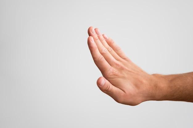 Мужчина держит руку и проверяет его ногти с копией пространства Premium Фотографии