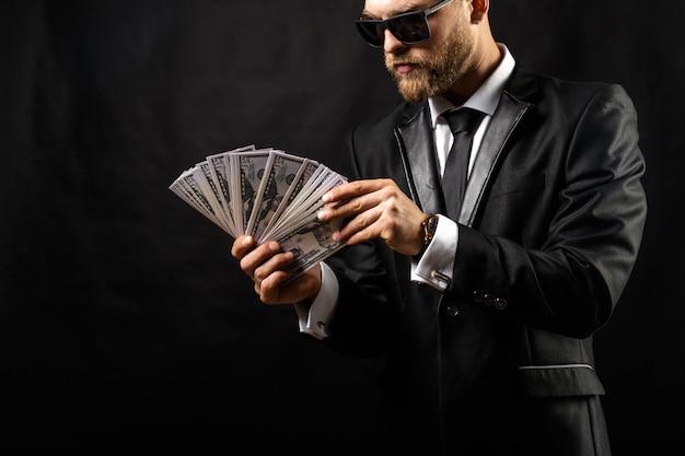 黒でお金を手で保持している男 Premium写真