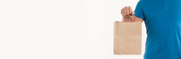 Мужчина держит бумажный пакет с копией пространства Premium Фотографии
