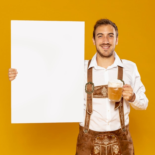 Man holding sign mock-up and beer pint Free Photo