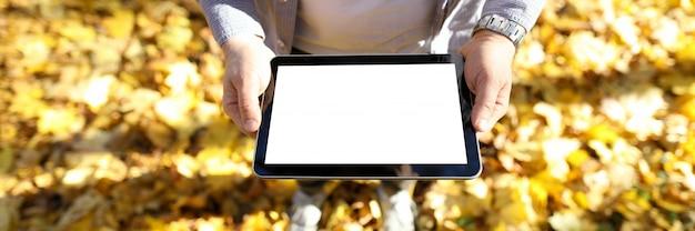 Мужчина держит планшет в руках Premium Фотографии