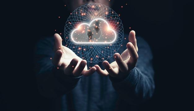 Человек, держащий виртуальные облачные вычисления под рукой с линией связи. Premium Фотографии