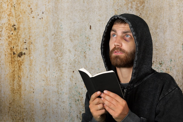 Man holds bible Premium Photo