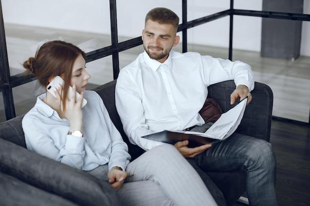 L'uomo tiene una cartella. partner commerciali in una riunione di lavoro. donna che parla al telefono Foto Gratuite