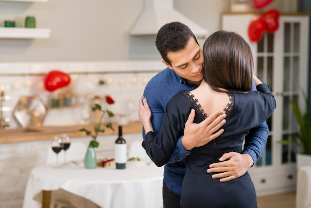 Man hugging his wife with copy space Free Photo