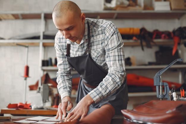 スタジオの男は革製品を作成します 無料写真