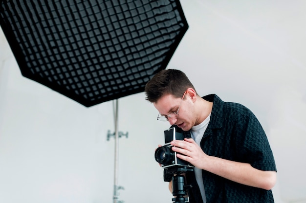 Человек в студии работает над своей страстью Бесплатные Фотографии