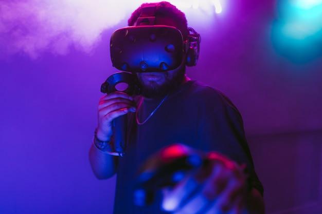 Человек в шлеме виртуальной реальности Premium Фотографии