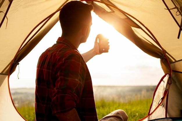 Selfieを取ってキャンプテントの男 無料写真