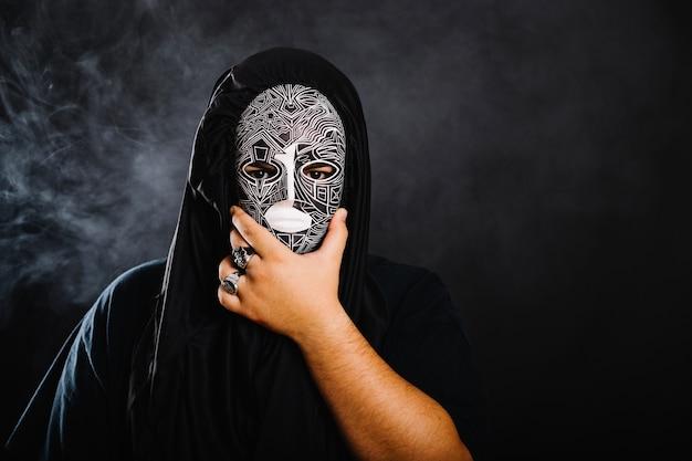 картинки с людьми в масках три часа