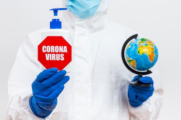 Человек в костюме hazmat с коронавирусом Бесплатные Фотографии