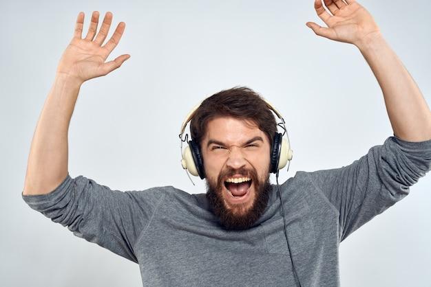 Человек в наушниках слушает свет досуга образа жизни музыки. Premium Фотографии