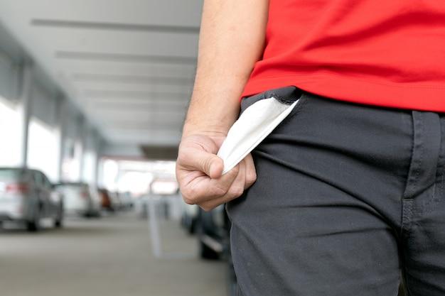 Человек в джинсах с пустым карманом. нет денег концепция Premium Фотографии