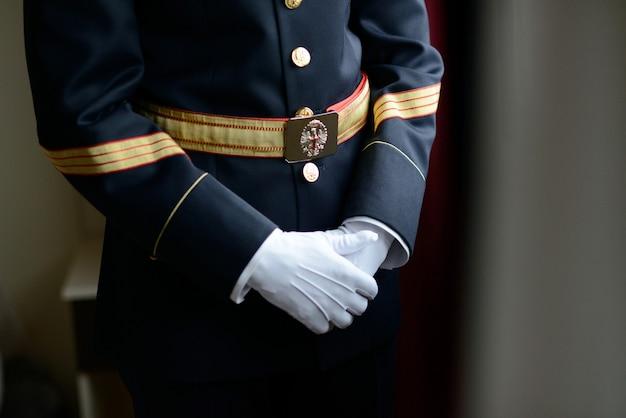 스페인 시민 경비원 복장과 장갑으로 중간 샷 남자 프리미엄 사진
