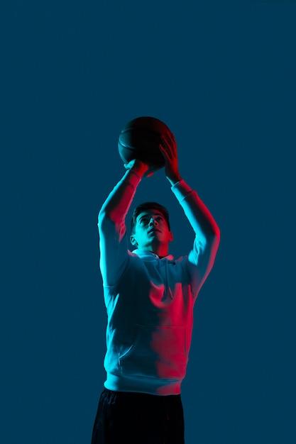 Мужчина в спортивной одежде играет в баскетбол Бесплатные Фотографии
