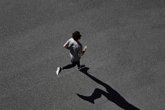 道路で実行されているスポーツウェアの男 無料写真