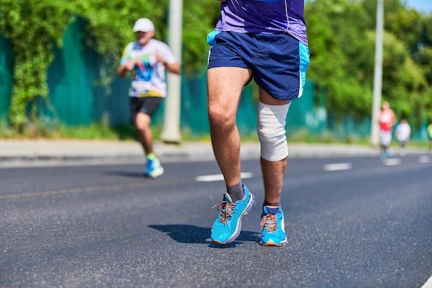 通りを走っているスポーツウェアの男 Premium写真