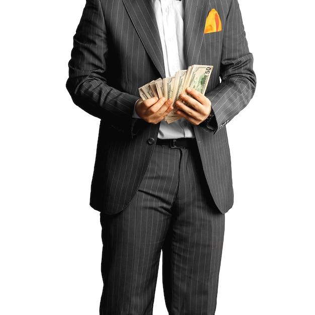정장을 입은 남자는 돈을 계산합니다. 비즈니스 컨셉 프리미엄 사진