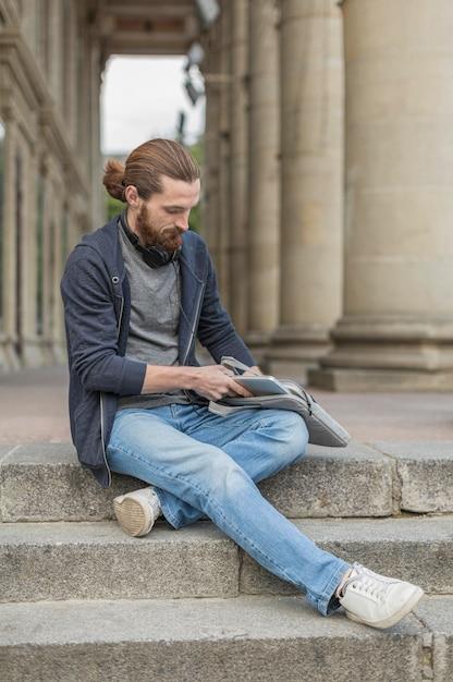 Человек в городе вытаскивает ноутбук Бесплатные Фотографии