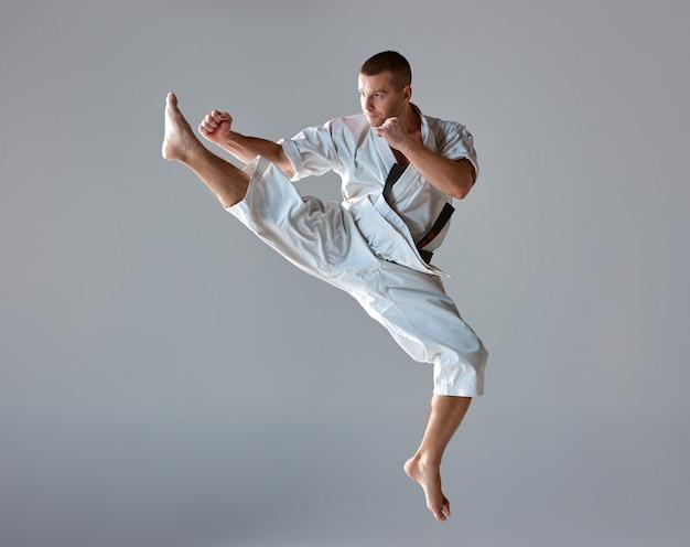 Человек в белом кимоно тренировки каратэ Бесплатные Фотографии