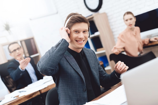 A man is listening to music on headphones. Premium Photo