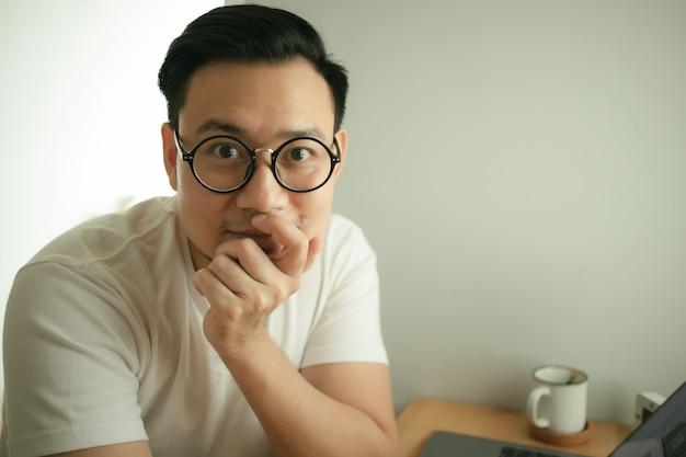 Человек работает с ноутбуком в своей квартире в концепции работы из дома. Premium Фотографии