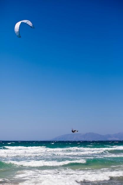 地中海でカイトサーフィンをする人 Premium写真