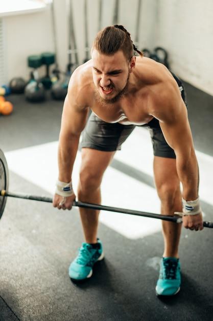 남자 리프팅 무게입니다. 바벨 운동을 하 고 체육관에서 근육 질의 남자 운동 프리미엄 사진
