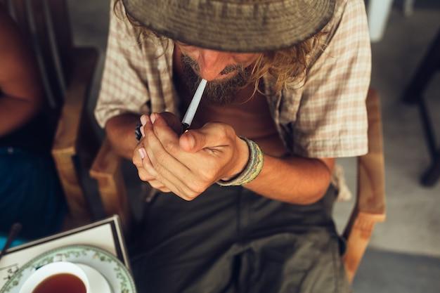 Man lighting cigarette 1153 2498