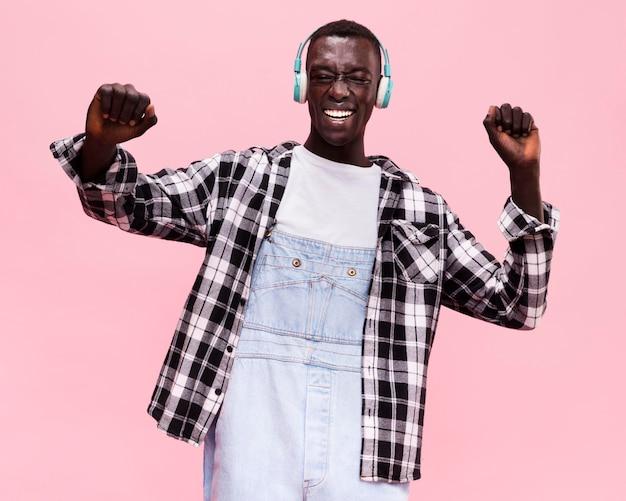 音楽を聞いている男性 Premium写真