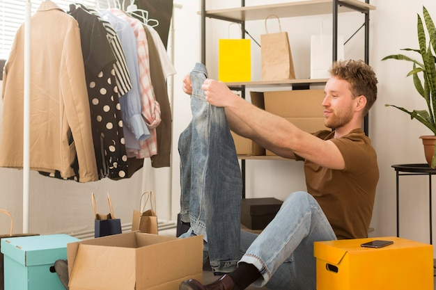 Uomo che guarda la camicia di jeans Foto Gratuite