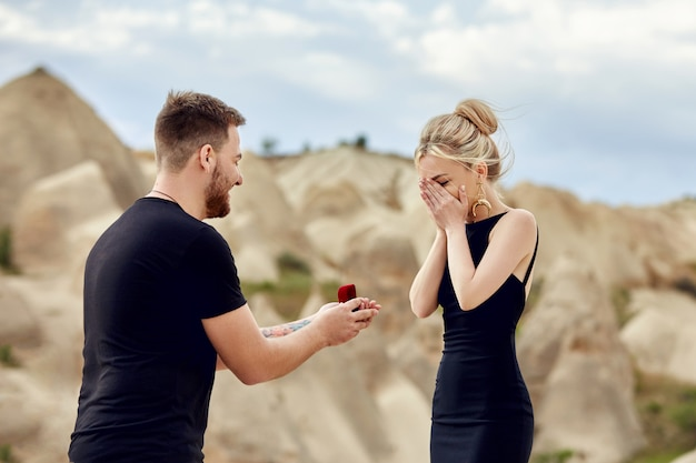 Man makes a marriage proposal to his girlfriend Premium Photo