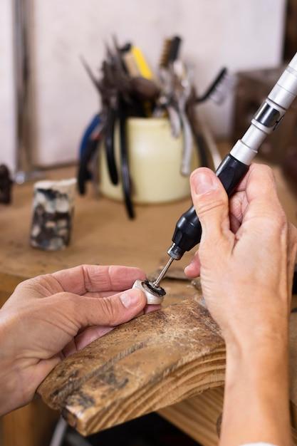美しいリングを作る男 無料写真