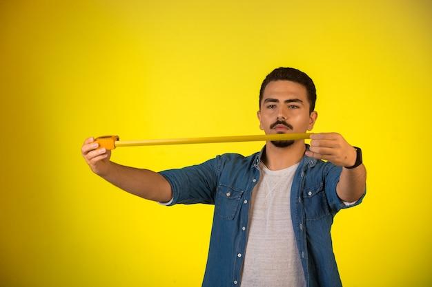 Uomo che misura la lunghezza dal righello. Foto Gratuite