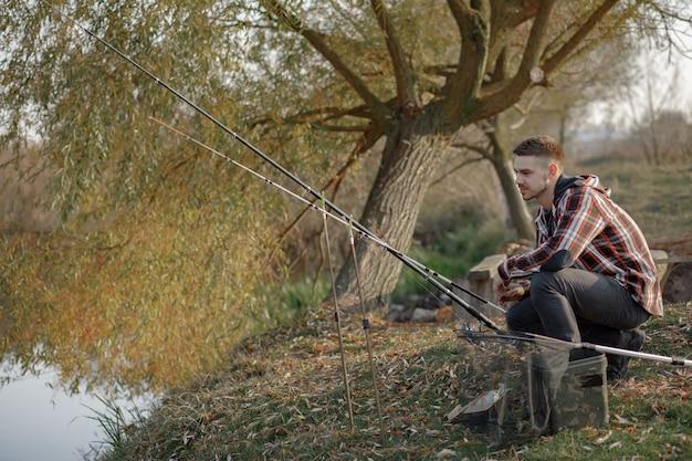 釣りの朝に川の近くの男 無料写真