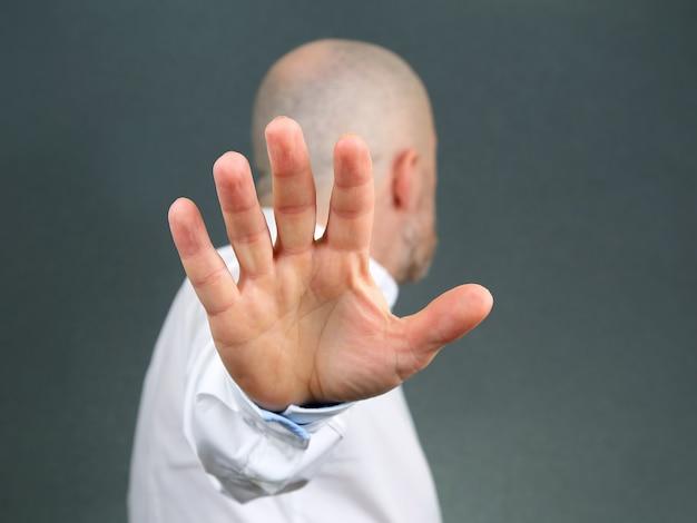 Человек отрицательный жест рукой и отвернулся Premium Фотографии