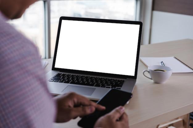 노트북 컴퓨터 빈 흰색 화면 노트북에서 작업하는 비즈니스 남자 손의 남자 프리미엄 사진