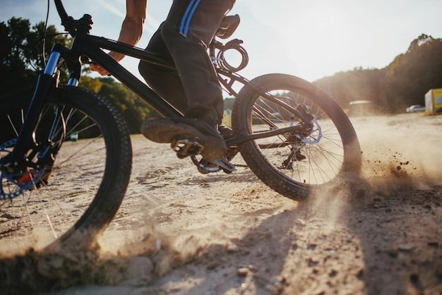 Человек на велосипеде Premium Фотографии