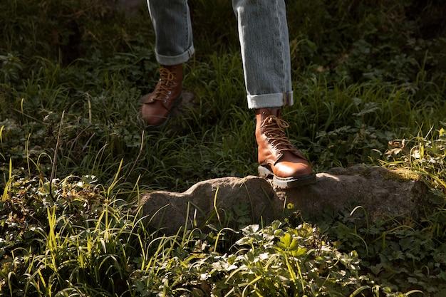 自然の中でロードトリップの男 Premium写真
