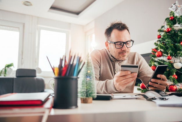 Man paying with credit card on smart phone Premium Photo