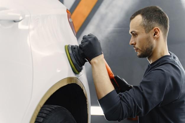 ガレージで車を磨く男 無料写真