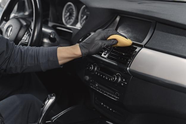 차고에서 자동차의 남자 폴란드어 살롱 무료 사진