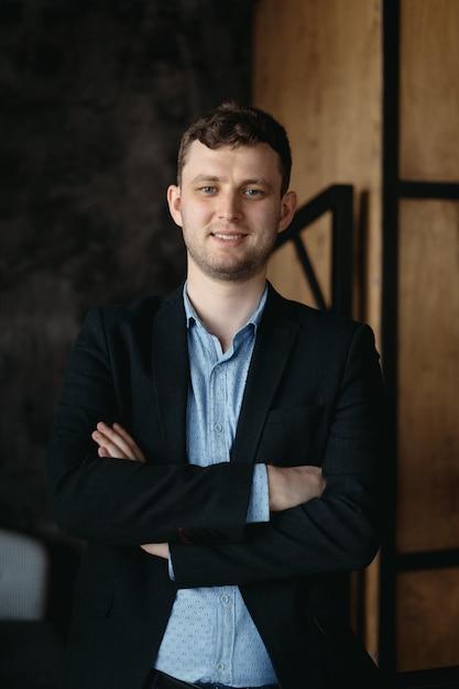 Man portrait posing in a loft modern space Free Photo