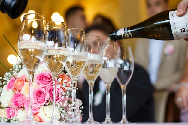 Man pours champagne in the glasses Free Photo